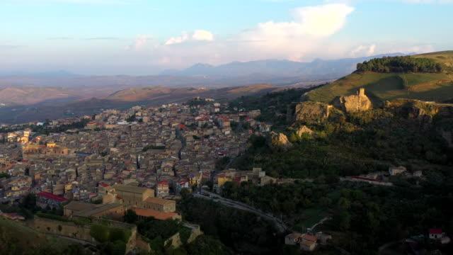 vídeos y material grabado en eventos de stock de corleone village in sicily, italy - vivienda en roca