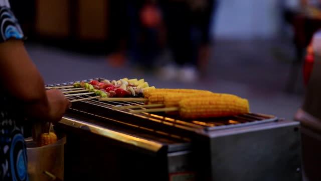 mais e kebab barbecue. - pollo alla brace video stock e b–roll