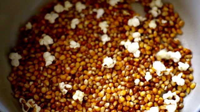 vídeos de stock, filmes e b-roll de vendo milho em uma panela. - pipoca