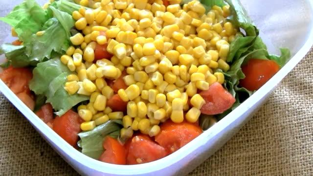 トウモロコシのサラダ - 野菜 とうもろこし点の映像素材/bロール
