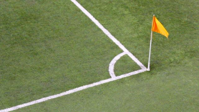 vidéos et rushes de drapeau d'angle de football - donner un coup de pied