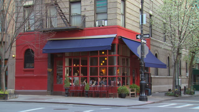 ts corner restaurant with painted red walls / new york, new york, usa - ecke eines objekts stock-videos und b-roll-filmmaterial