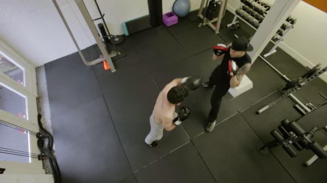 vídeos de stock, filmes e b-roll de cornerstone fitness - posição de combate