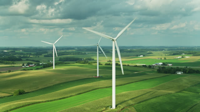 cornfields and wind turbines in southern wisconsin - aerial - windenergie stock-videos und b-roll-filmmaterial