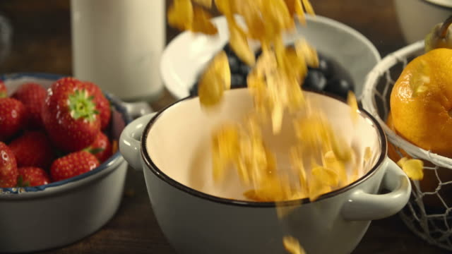 Cornflakes fallen in die Schüssel