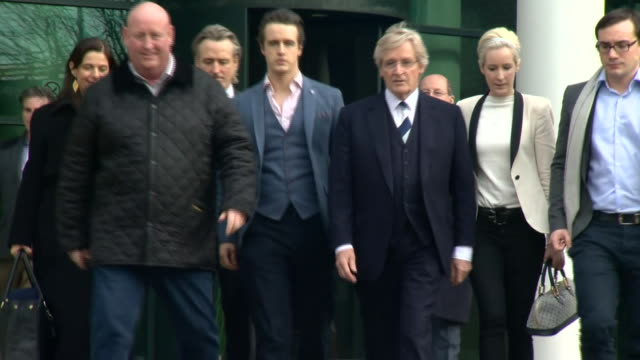 coronation street actor william bill roache leaving preston crown court after he is acquitted of two counts of rape and five charges of indecent... - ウィリアム・ローチ点の映像素材/bロール