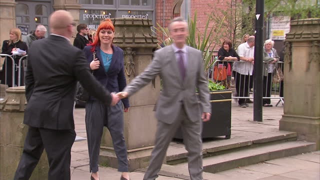 stockvideo's en b-roll-footage met coronation street actress anne kirkbride castmates arriving to memorial service on may 30 2015 in manchester england - michelle collins actrice