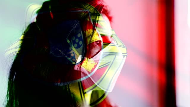 vídeos y material grabado en eventos de stock de coronavirus 2019-ncov nuevo coronavirus concepto de movimiento fondo, paciencia con máscara protectora y superposición de bandera. - portugal
