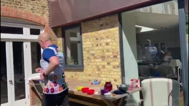 26 challenge raises funds for charities following london marathon postponement england ext various shots of children cheering on oli doherty running... - itv london tonight weekend点の映像素材/bロール