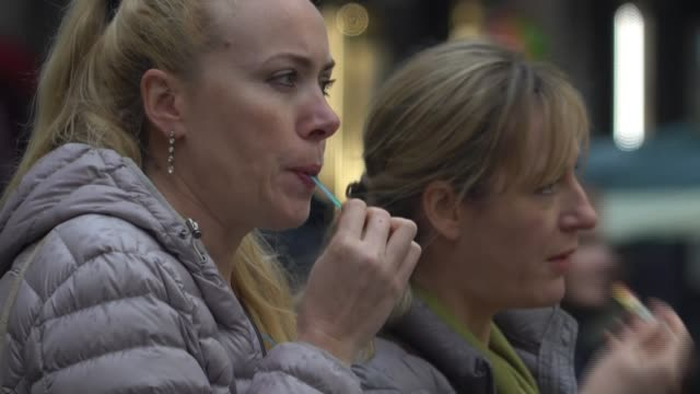 stockvideo's en b-roll-footage met 52 dead prompting tourists to cancel travel plans italy rome and vatican city various shots of mostly empty tourist sites and empty restaurant tables... - sint pietersplein