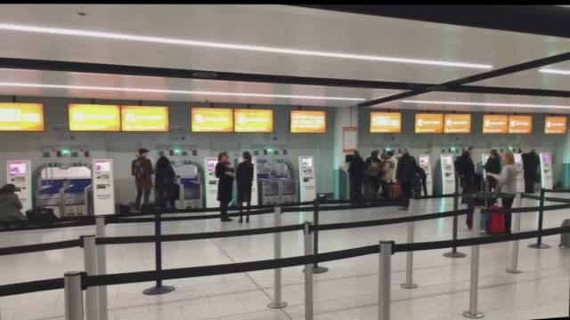 airlines carriers announce dramatic cuts in service; england: west sussex: gatwick airport: int various amateur video footage of people queuing at... - ガトウィック空港点の映像素材/bロール