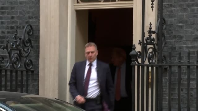 boris johnson departs 10 downing street for pmqs; england: london: westminster: downing street: ext boris johnson mp from number 10 and into car - domande al primo ministro video stock e b–roll