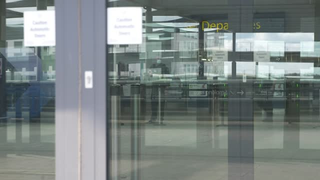 boris johnson doesn't rule out international travel from 17th may; england: london: gatwick airport: ext entrance to gatwick airport int empty... - ガトウィック空港点の映像素材/bロール