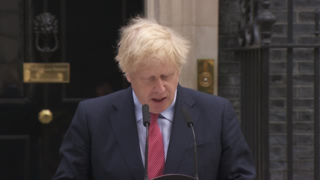 boris johnson downing street statement as returning to work; england: london: downing street: ext boris johnson from number 10 and to press... - 利他主義点の映像素材/bロール