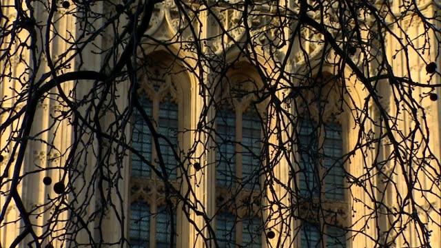 vídeos y material grabado en eventos de stock de boris johnson leaves hospital and begins recuperation at chequers; england: london: westminster: ext / dusk gv houses of parliament and the river... - torre victoria