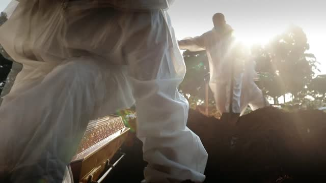 vídeos y material grabado en eventos de stock de brazil records it's highest daily death rate yet; brazil: sao paolo: vila formosa cemetery: ext mourners stood as wearing face masks gravediggers... - persona de luto
