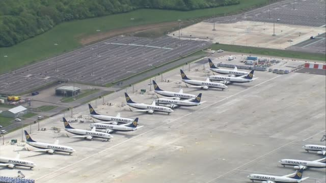 chancellor extends furlough scheme to end of october england london stansted airport fleet of ryanair planes grounded on tarmac - ライアンエアー点の映像素材/bロール