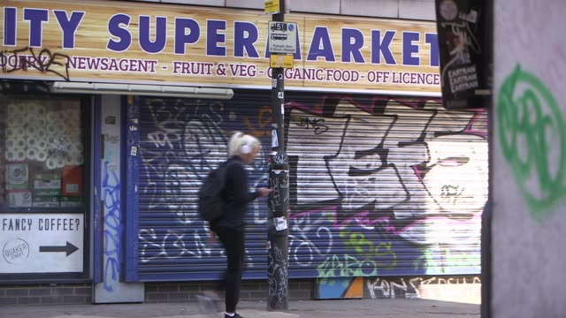 vidéos et rushes de chancellor outlines measures to help the self-employed; england: london: hackney: ext closed shop on brick lane. shuttered supermarket graffiti on... - hackney