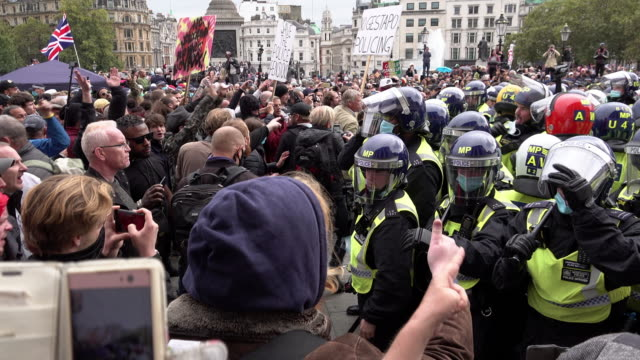 """coronavirus conspiracy protestors chant """"freedom"""" at a unit of surrounded metropolitan riot police on trafalgar square on september 26, 2020 in... - march month stock videos & royalty-free footage"""