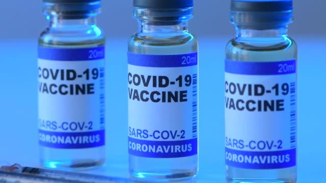 coronavirus covid 19 vaccine in laboratory - kit di analisi video stock e b–roll