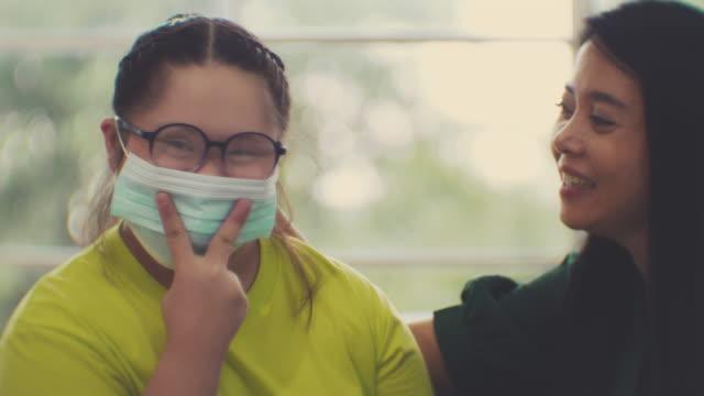 コロナウイルス、covid19 : 医療用マスクを着用 - 自閉症点の映像素材/bロール