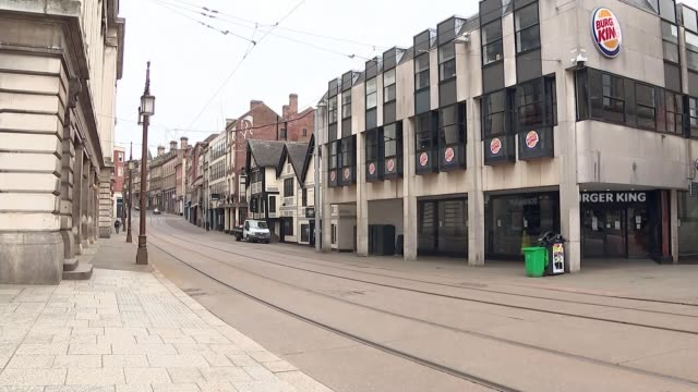 vidéos et rushes de death toll rises by 212 in the midlands in the last 24 hours; england: nottingham: ext various shots of empty streets in city centre. - mort concepts