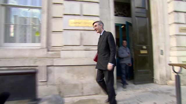 discussion of steps that can be taken to tackle spread of virus england london westminster ext jacob reesmogg mp departing the cabinet office on... - キャシー・ニューマン点の映像素材/bロール