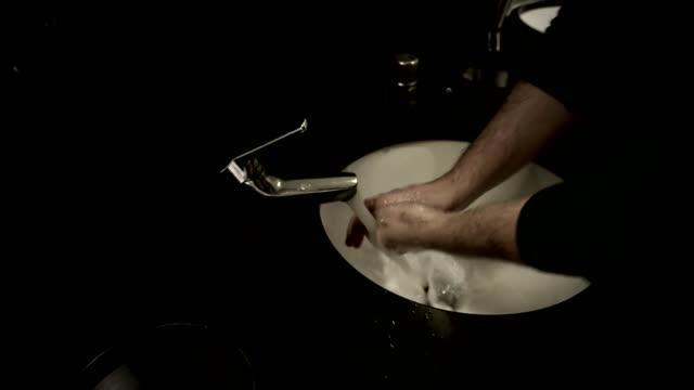 vídeos y material grabado en eventos de stock de discussion of steps that can be taken to tackle spread of virus england london gir anonymous person washing hands at sinks in bathroom graphicised... - estornudar