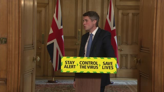 vidéos et rushes de downing street press conference may 16th; england: london: westminster: downing street: int press conference part 12 of 12 gavin williamson mp and dr... - fighting men: keep it clean