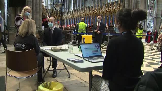 vidéos et rushes de duke and duchess of cambridge visit westminster abbey vaccination centre; england: london: westminster: westminster abbey: various of prince william,... - monarchie