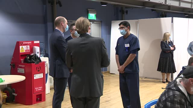 vidéos et rushes de duke of cambridge visits vaccination centre; england: norfolk: kings lynn: int 14:57:57 prince william, duke of cambridge standing and talking to... - s'adapter