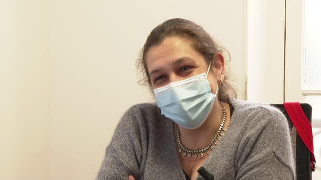 vidéos et rushes de emmanuel macron announces new lockdown restrictions; france: int gv woman preparing to receive vaccine jab dr liana vallatta interview sot - injecter