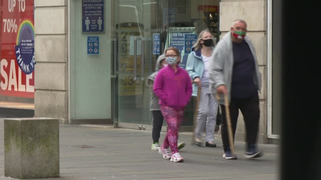 vidéos et rushes de face coverings in shops to be made compulsory in england; scotland: ext people wearing face masks along high street past shops cordon queue outside... - écosse