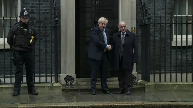 vídeos y material grabado en eventos de stock de first uk death as country moves towards 'delay phase'; england: london: downing street: ext boris johnson mp shaking hands - handshake - on steps of... - boris johnson