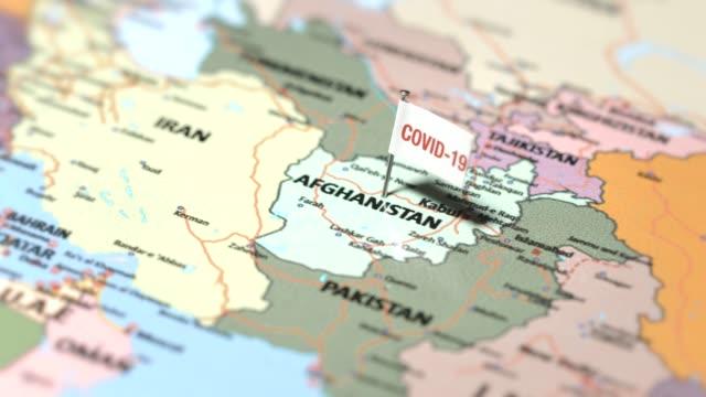 coronavirus-flagge auf afghanistan - afghanische flagge stock-videos und b-roll-filmmaterial