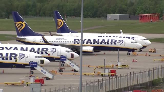 grounded planes at stansted airport england essex stansted airport ext gvs grounded ryanair planes on tarmac / gvs empty car park - ライアンエアー点の映像素材/bロール