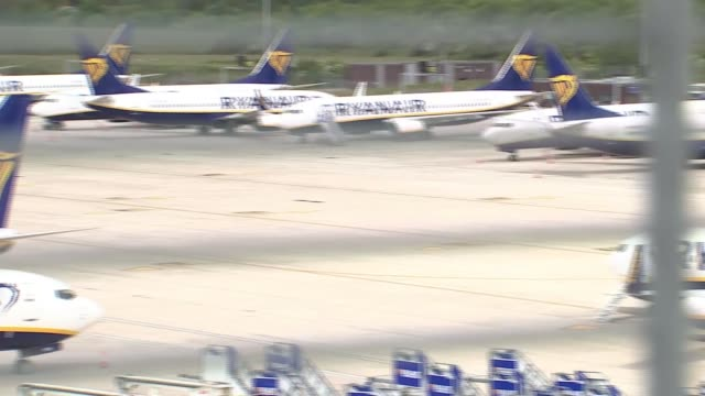 grounded planes at stansted airport england essex stansted airport ext gvs grounded ryanair planes on tarmac / stair cars / ryanair luggage trucks - ライアンエアー点の映像素材/bロール