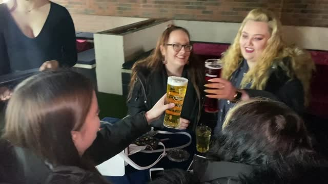 huddersfield pub reopens at midnight; england: west yorkshire: huddersfield: ext / night 'welcome back, you must wear a face mask' sign / people... - pint stock-videos und b-roll-filmmaterial