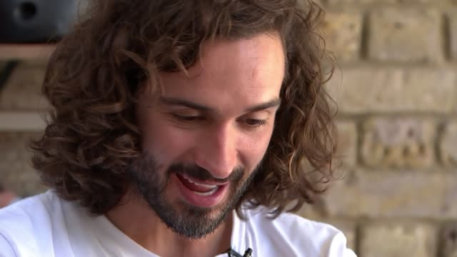 joe wicks leads last daily lockdown exercise class; england: int gv 'pe with joe' playing on tv leo playing / exercising on floor with mum and sister... - digital tablet stock videos & royalty-free footage