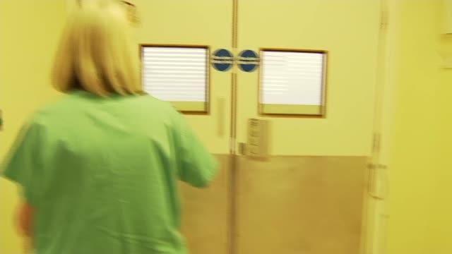 vidéos et rushes de kingston hospital intensive care unit; uk, london, kingston-upon-thames; kingston hospital; member of staff at drugs cabinet, drugs stored in drugs... - besoin