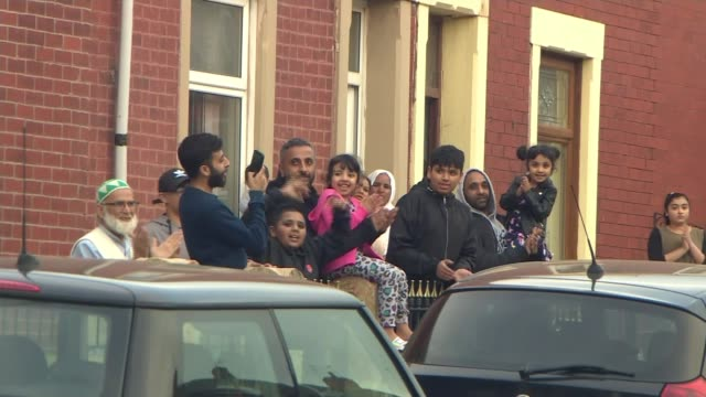 stockvideo's en b-roll-footage met latest 'clap for carers' event held around the country; england: lancashire: blackburn: ext various shots of families outside their houses clapping - itv