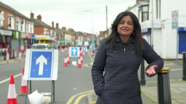 leicester faces local lockdown amid covid-19 surge; uk, leicester; road, one-way, coronavirus, covid-19, face mask, ppe, social distancing, sweet... - road closed englisches verkehrsschild stock-videos und b-roll-filmmaterial