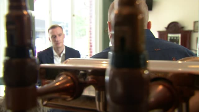 lockdown continues to ease despite warnings of outbreaks england int pint of beer being poured pint of beer on the bar london ext reporter to camera... - パブ点の映像素材/bロール