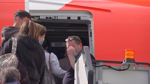 coronavirus lockdown easing: gatwick airport general views; england: gatwick: gatwick airport: ext gvs passengers wearing masks on runway as boarding... - ガトウィック空港点の映像素材/bロール