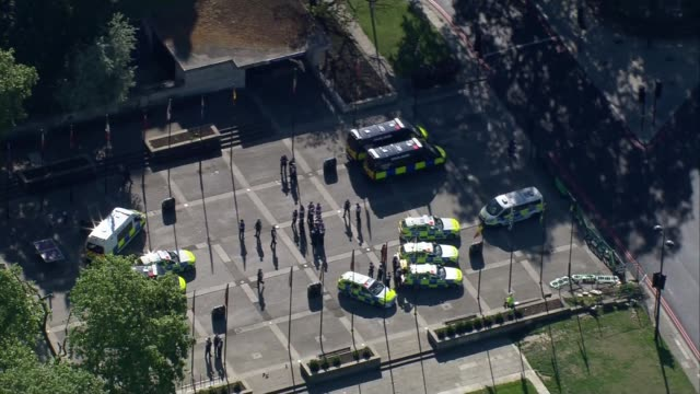 london aerials as lockdown partially eased england london police officers and police cars gathered at marble arch roundabout / park lane and hyde... - ロンドン ハイドパーク点の映像素材/bロール