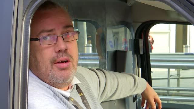 vídeos y material grabado en eventos de stock de london black cab drivers out of work during lockdown; england: essex: epping: simon georgiou interview sot general views abandoned black cabs in... - taxista