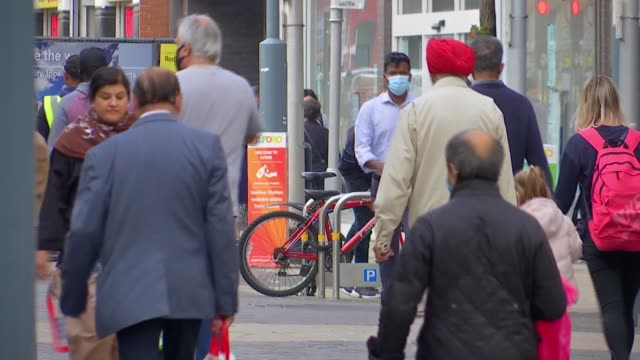 vídeos de stock, filmes e b-roll de london mayor sadiq khan warns virus situation in capital is worsening; england: london: ilford: ext various of people along pedestrianised shopping... - ilford