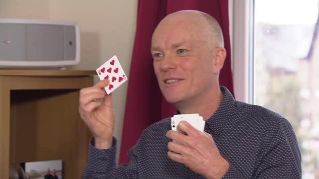 vidéos et rushes de magician darren delaney takes shows online to a worldwide audience; england: london: lewisham: int various of darren delaney performing card trick... - magicien