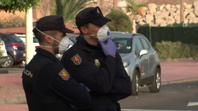 vídeos y material grabado en eventos de stock de matt hancock says uk has 'clear plan' for virus outbreak; spain: tenerife: ext various shots of police officers stationed outside quarantined hotel. - españa
