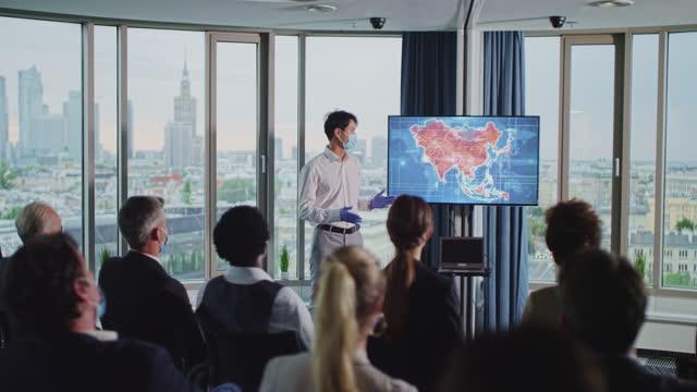 vídeos de stock, filmes e b-roll de simpósio de medicina coronavírus. médico jovem e asiático apresenta mapa de surtos de doenças na ásia - apresentador
